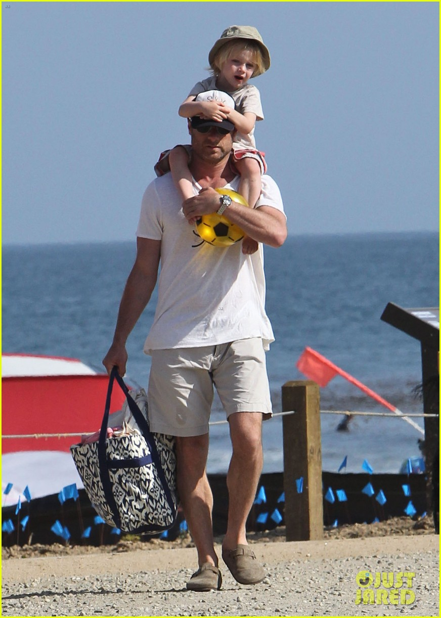 naomi watts shirtless liev schreiber family beach day 19