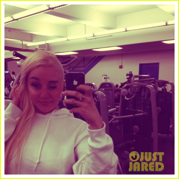 amanda bynes flaunts buzzed haircut in new photos video 032860366