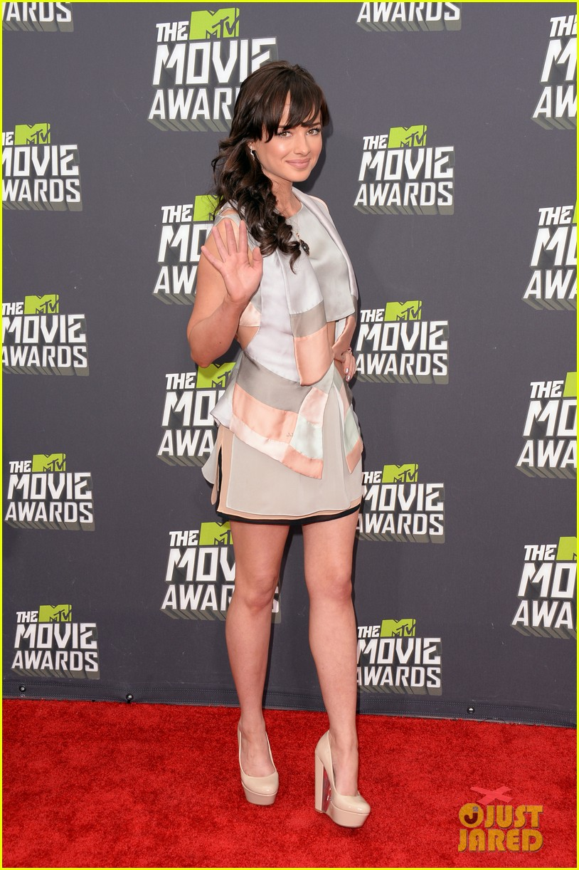 bella thorne ashley rickards mtv movie awards rep carpet 2013 05