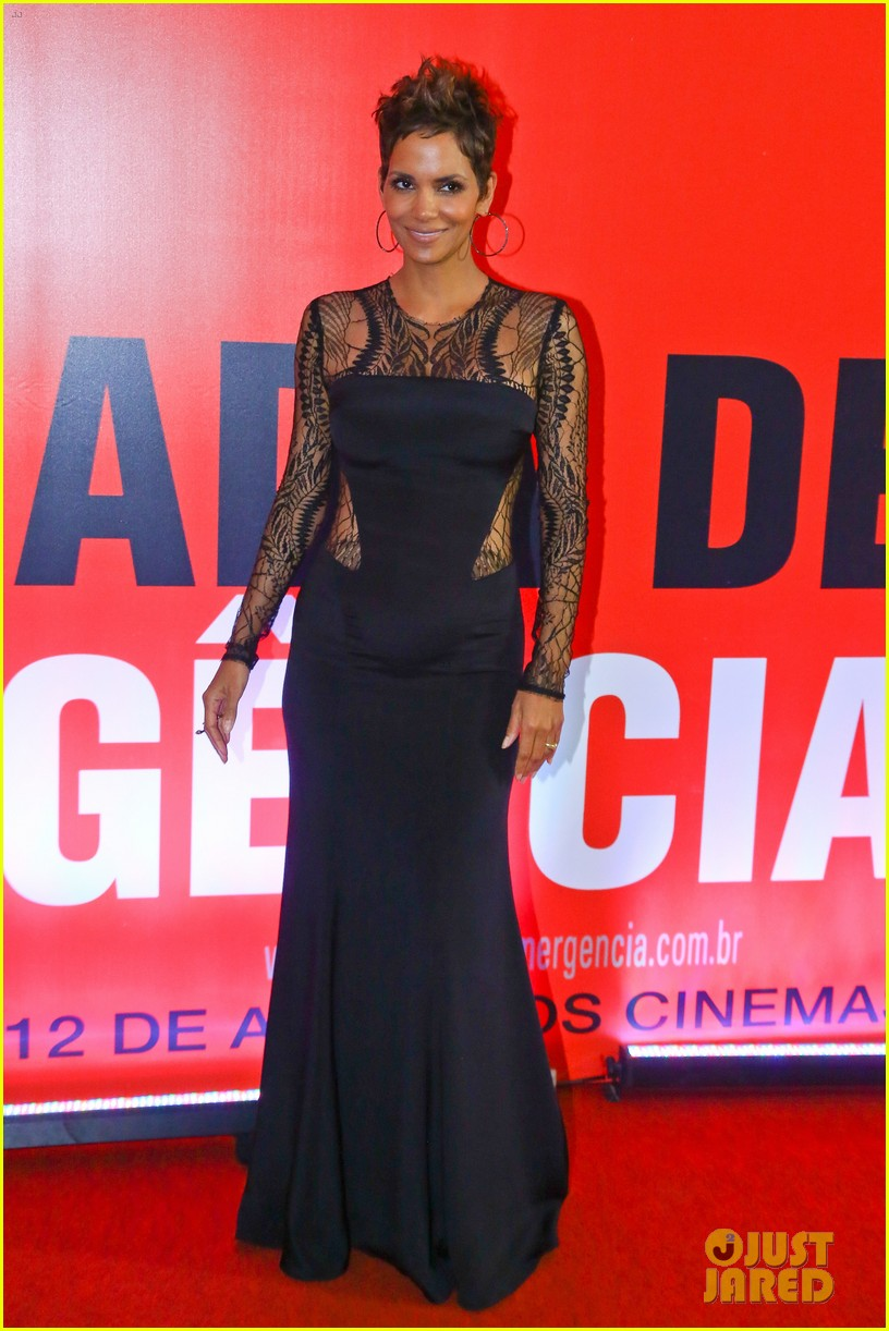halle berry flaunts baby bump at the call rio premiere 032847970