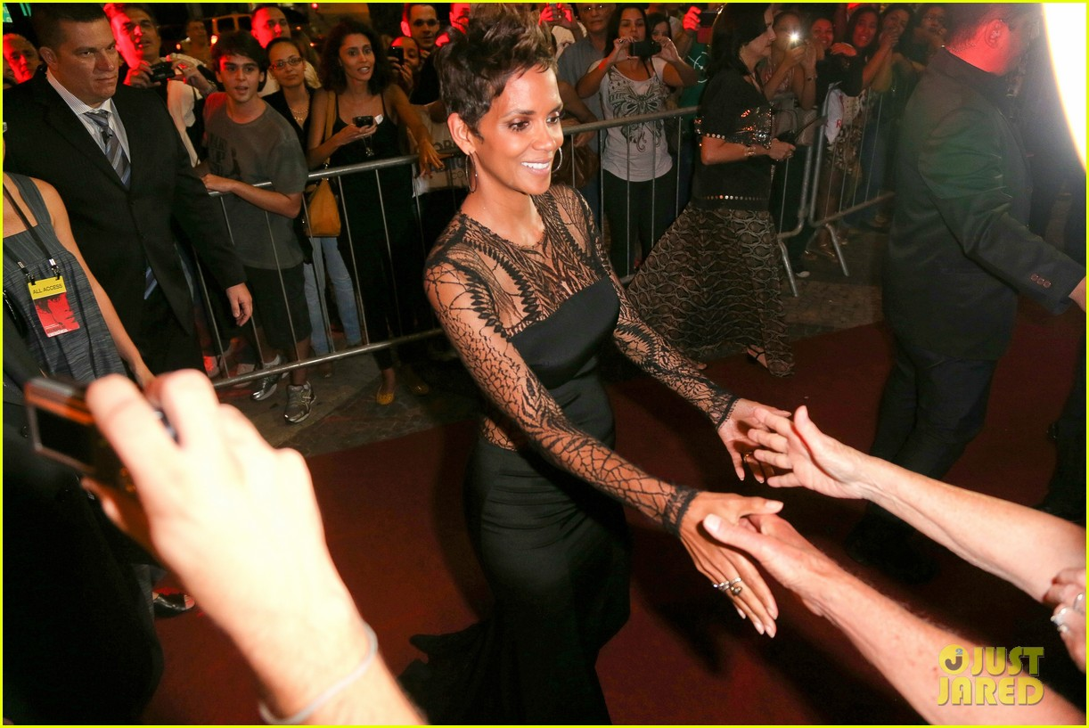 halle berry flaunts baby bump at the call rio premiere 242847991
