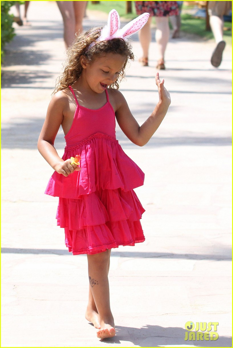 halle berry maui easter egg hunt with nahla 032841390