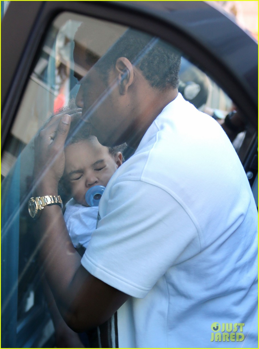 beyonce jay z parisian lunch with blue ivy carter 12