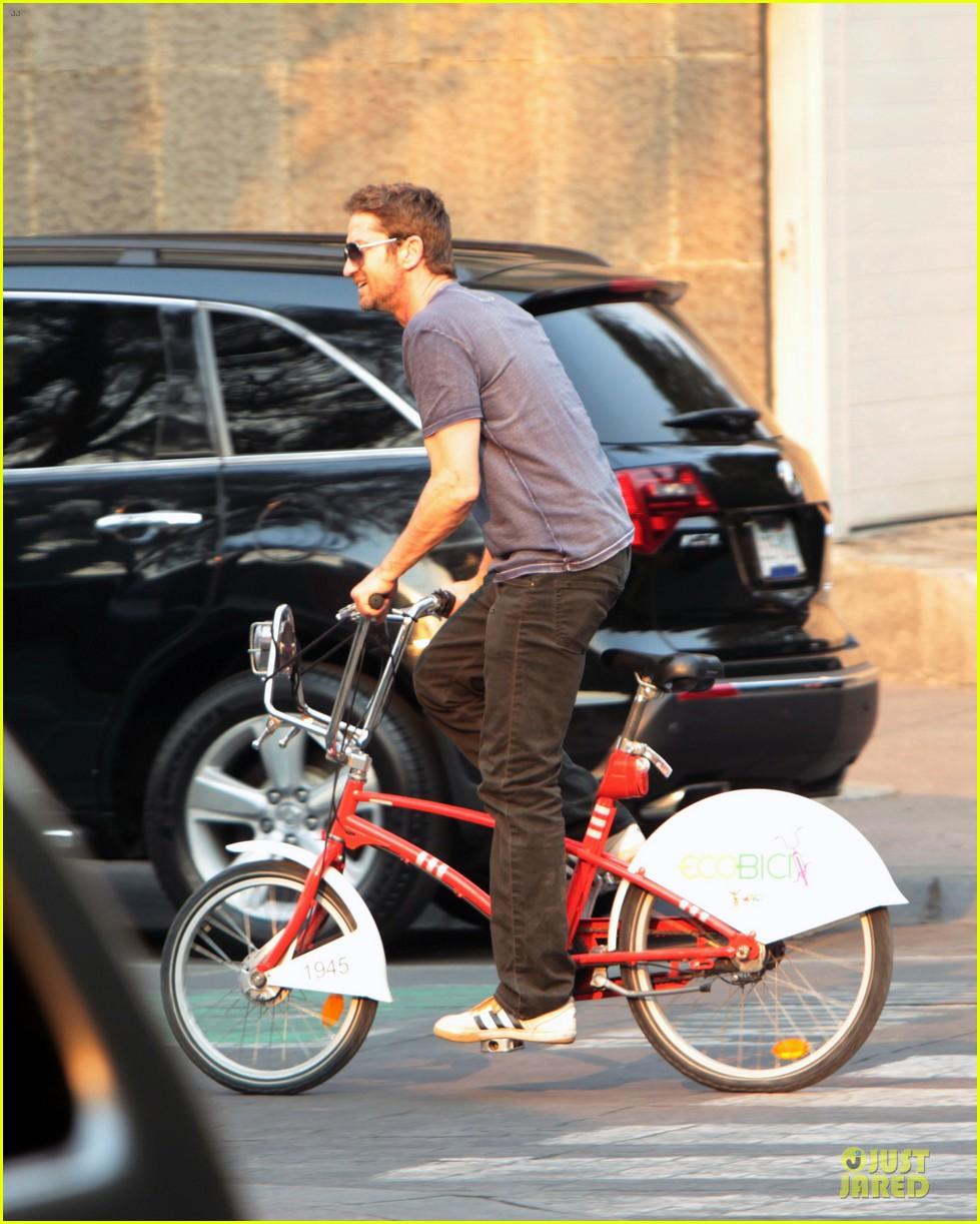 gerard butler bike riding in mexico 05
