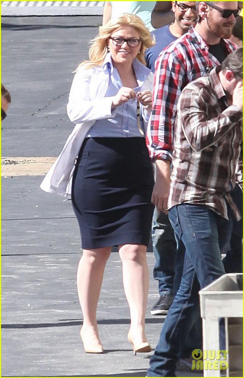 kelly clarkson dotted face on people like us video set 08