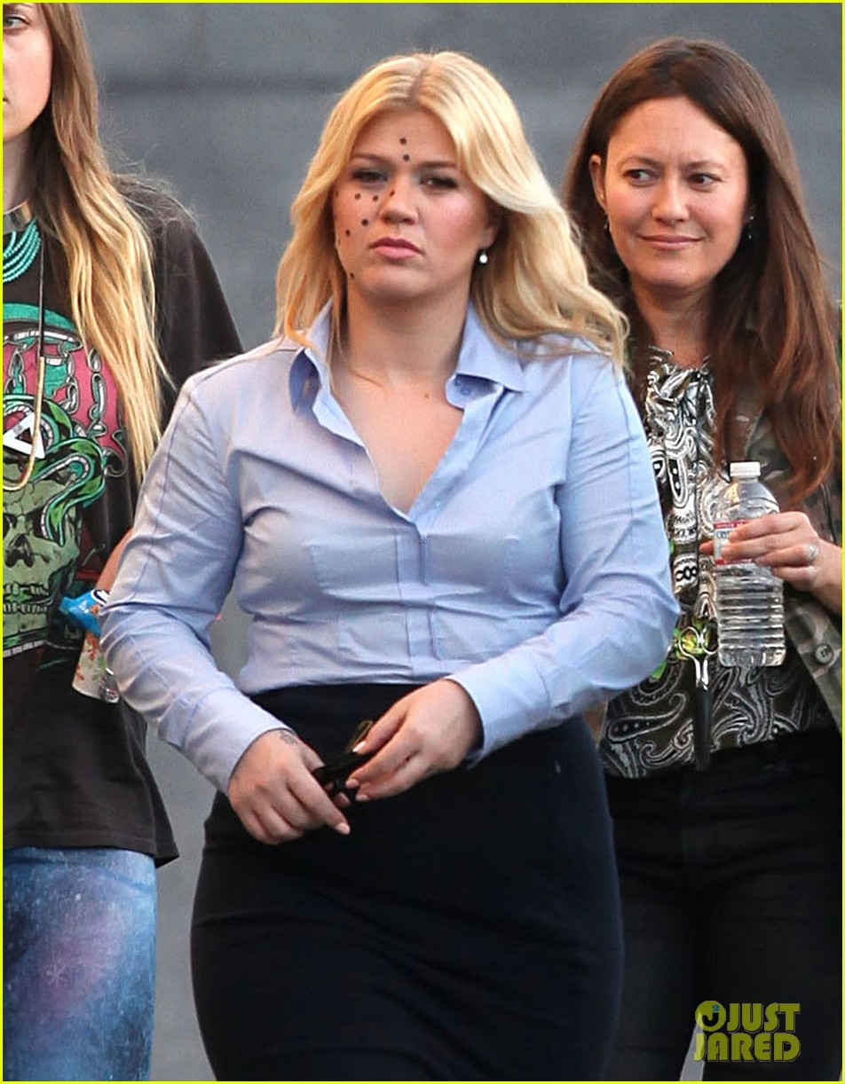 kelly clarkson dotted face on people like us video set 22