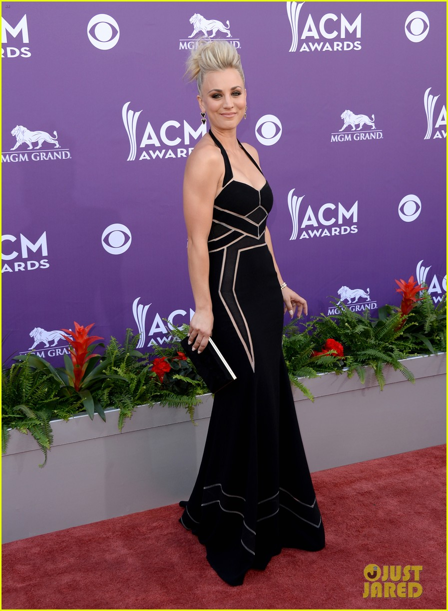 kaley cuoco beth behrs acm awards 2013 red carpet 012845143