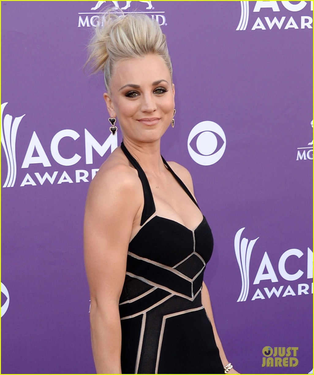 kaley cuoco beth behrs acm awards 2013 red carpet 032845145
