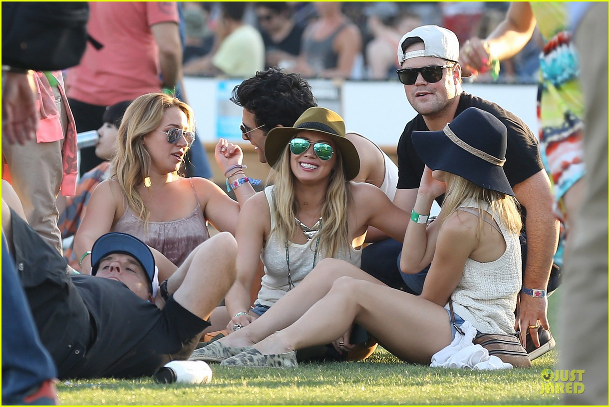 hilary duff mike comrie coachella with sister haylie 04