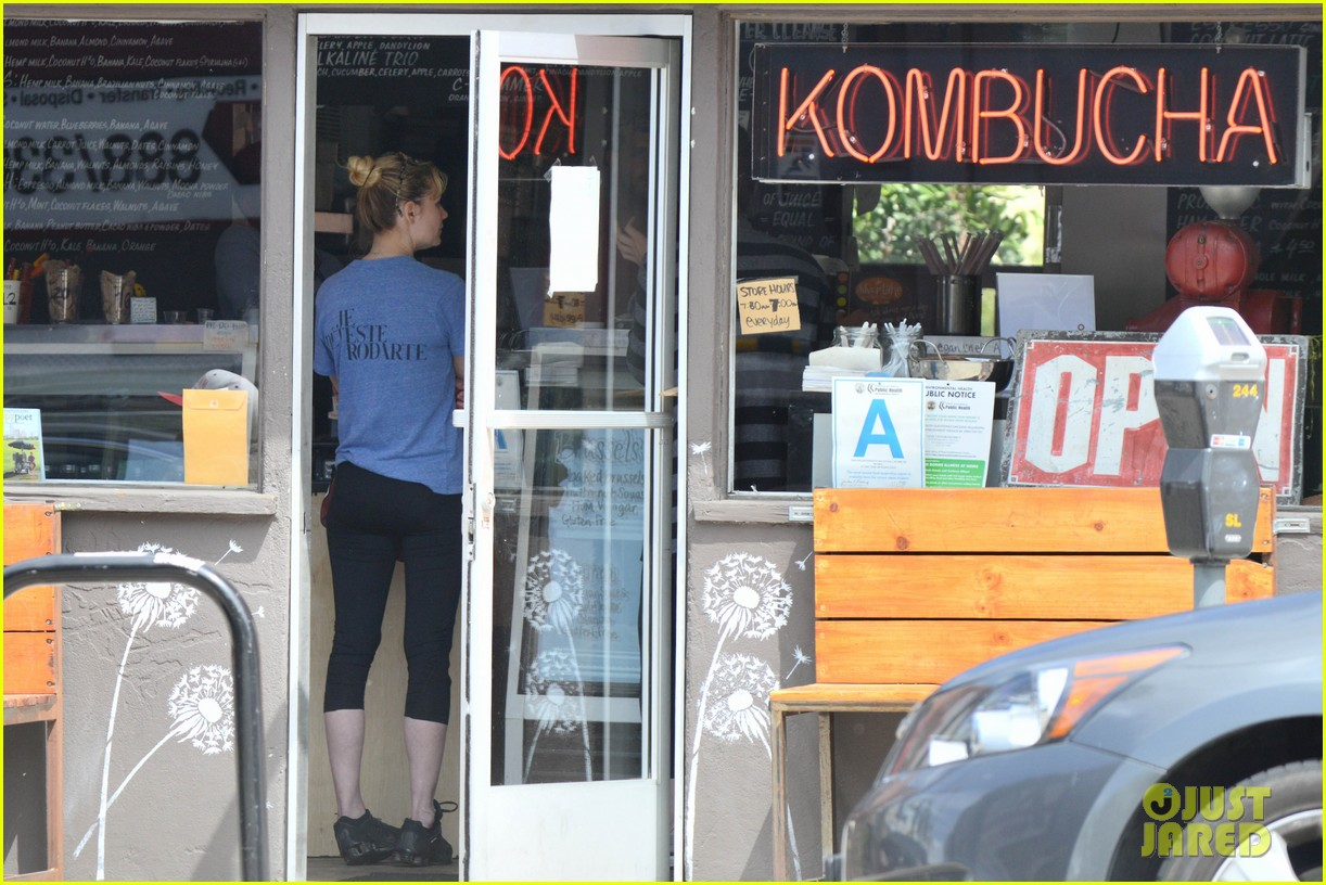 kirsten dunst vegan lunch stop 07