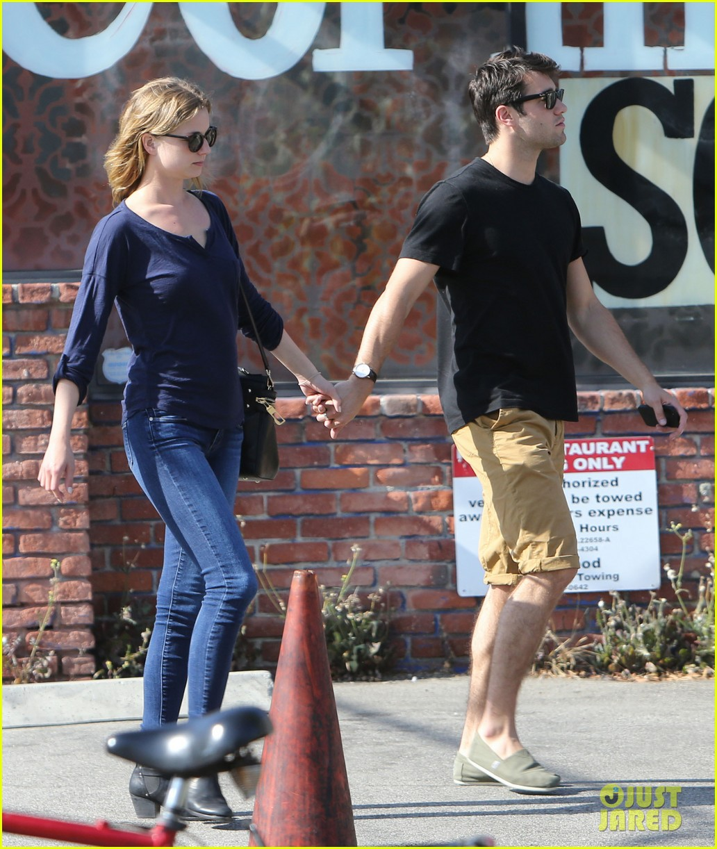 emily vancamp joshua bowman lunching lovebirds 12