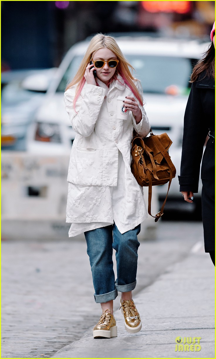 dakota fanning pink haired phone chatter 03
