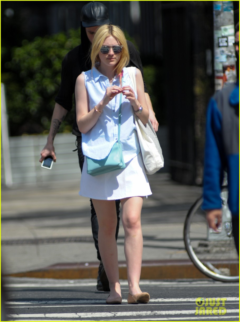 dakota fanning springtime smiles in soho 04a2846269