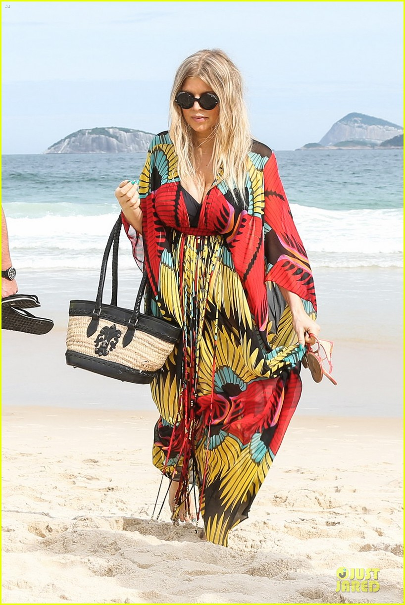 fergie pregnant brazilian beach stroll 09