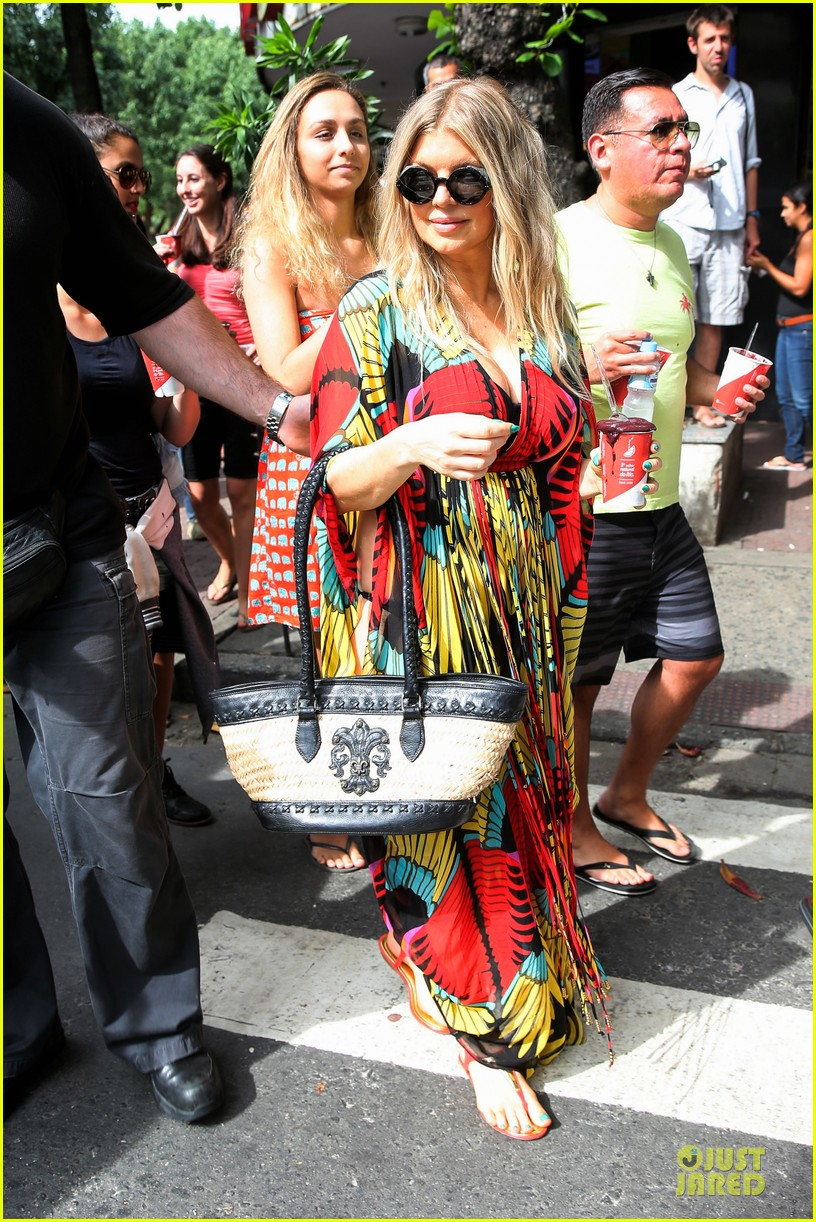 fergie pregnant brazilian beach stroll 132843885