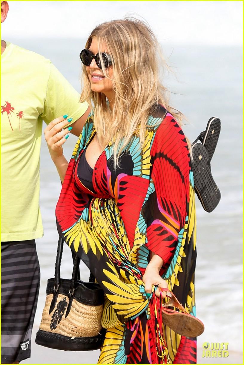 fergie pregnant brazilian beach stroll 23