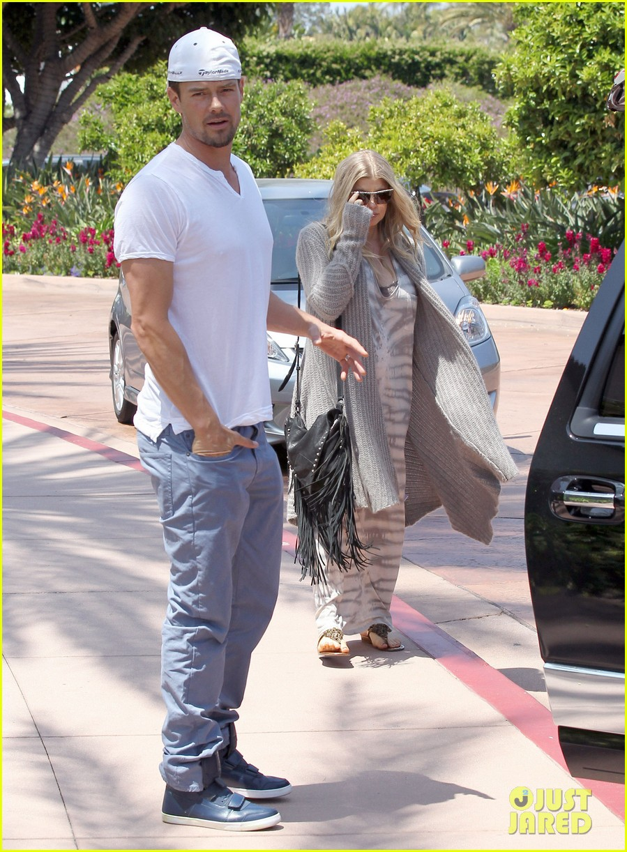 pregnant fergie sisters wedding with josh duhamel 34