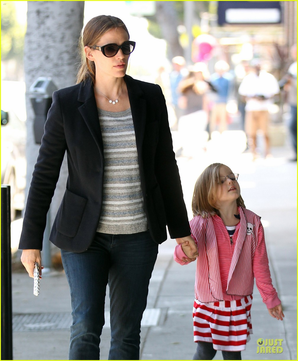 jennifer garner seraphina cafe stopping duo 14
