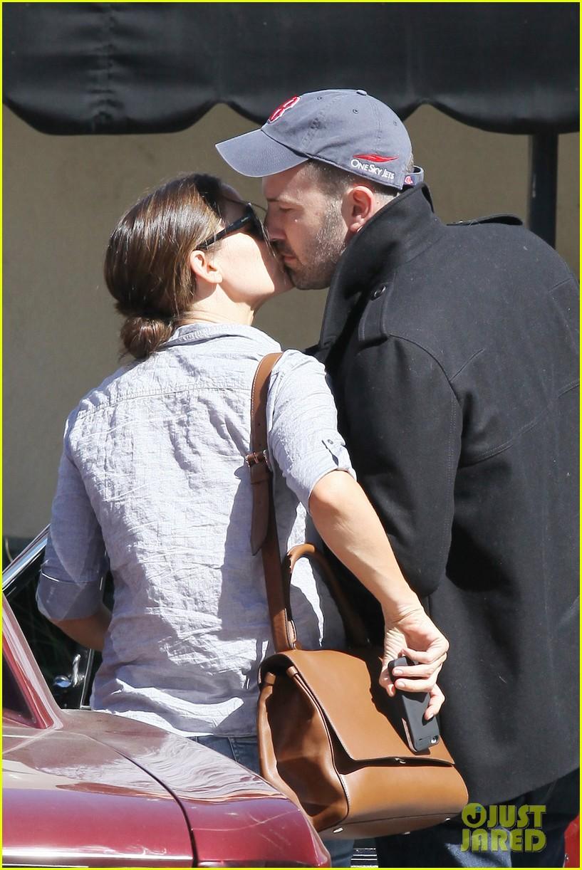 jennifer garner ben affleck kissing couple 02
