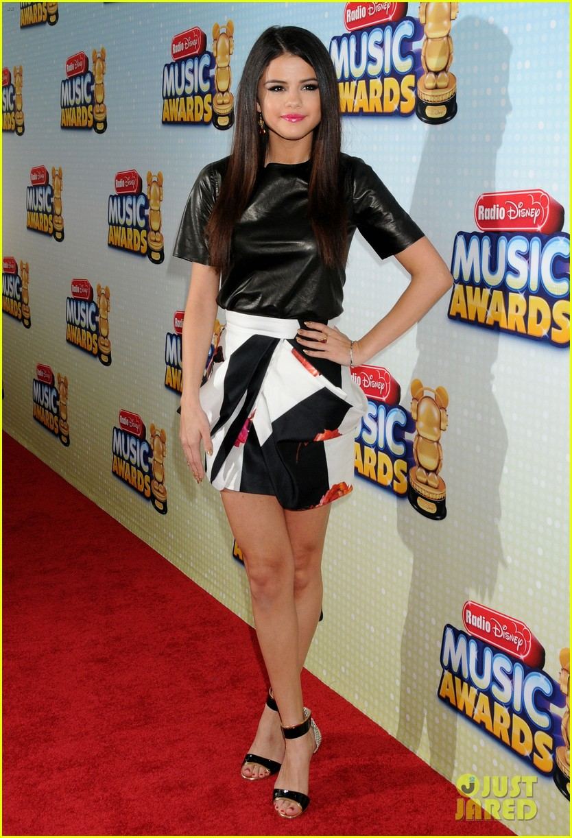 selena gomez radio disney music awards 2013 red carpet 06