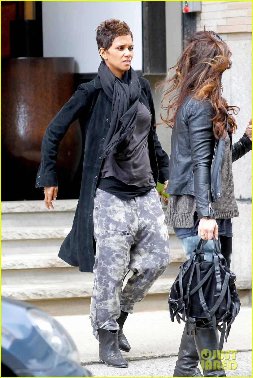 halle berry pregnant shopper in nyc 242845110