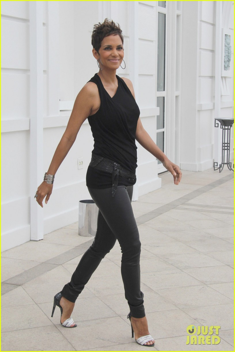 pregnant halle berry call rio photo call 01