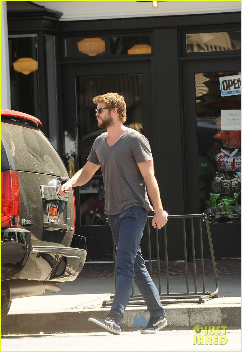 liam hemsworth eats at sweetsalt miley cyrus wears chanel onesie 04