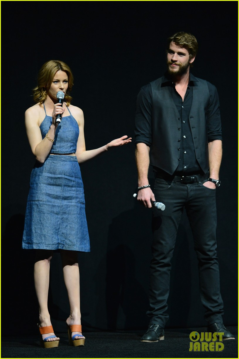 liam hemsworth elizabeth banks hunger games at cinemacon 01