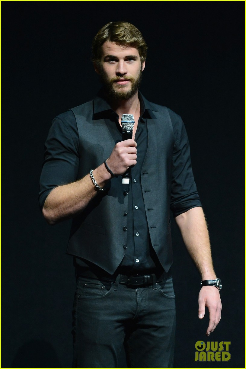 liam hemsworth elizabeth banks hunger games at cinemacon 04