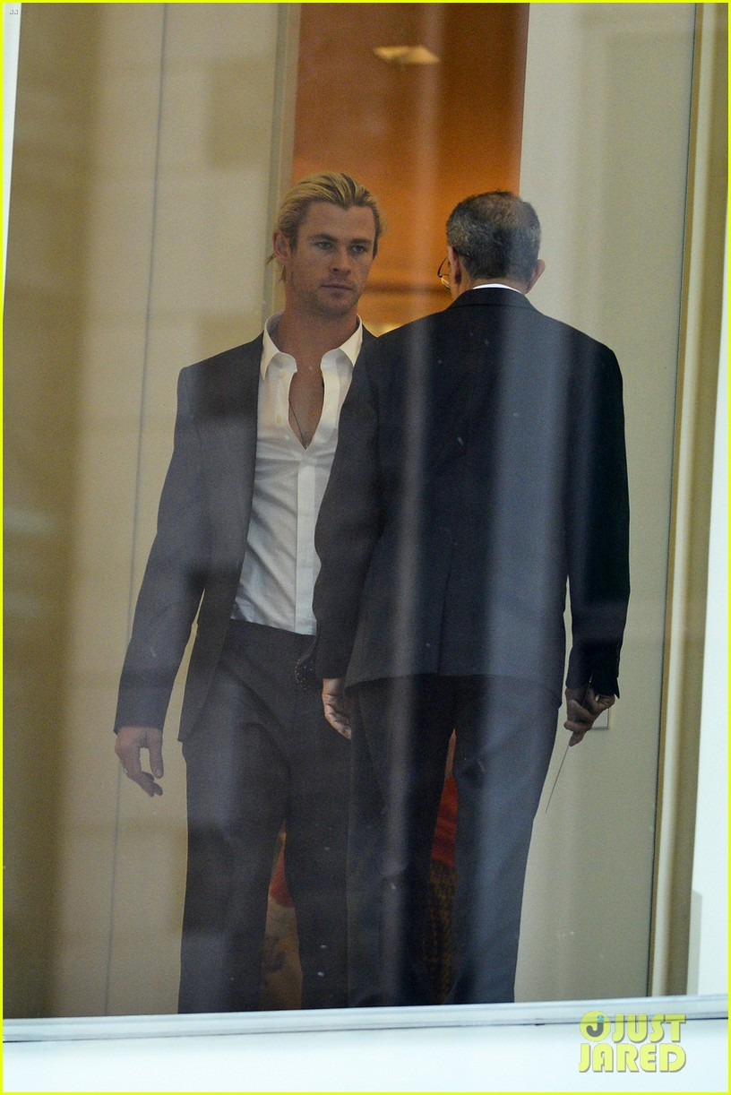 chris hemsworth calvin klein fitting with elsa pataky 02