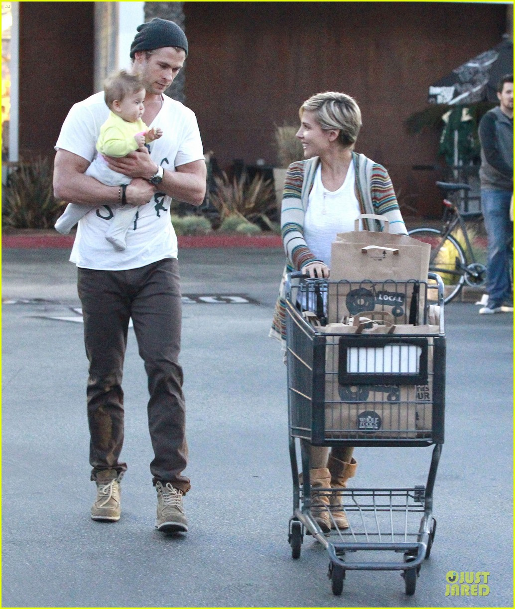 chris hemsworth elsa pataky grocery shopping after easter 05