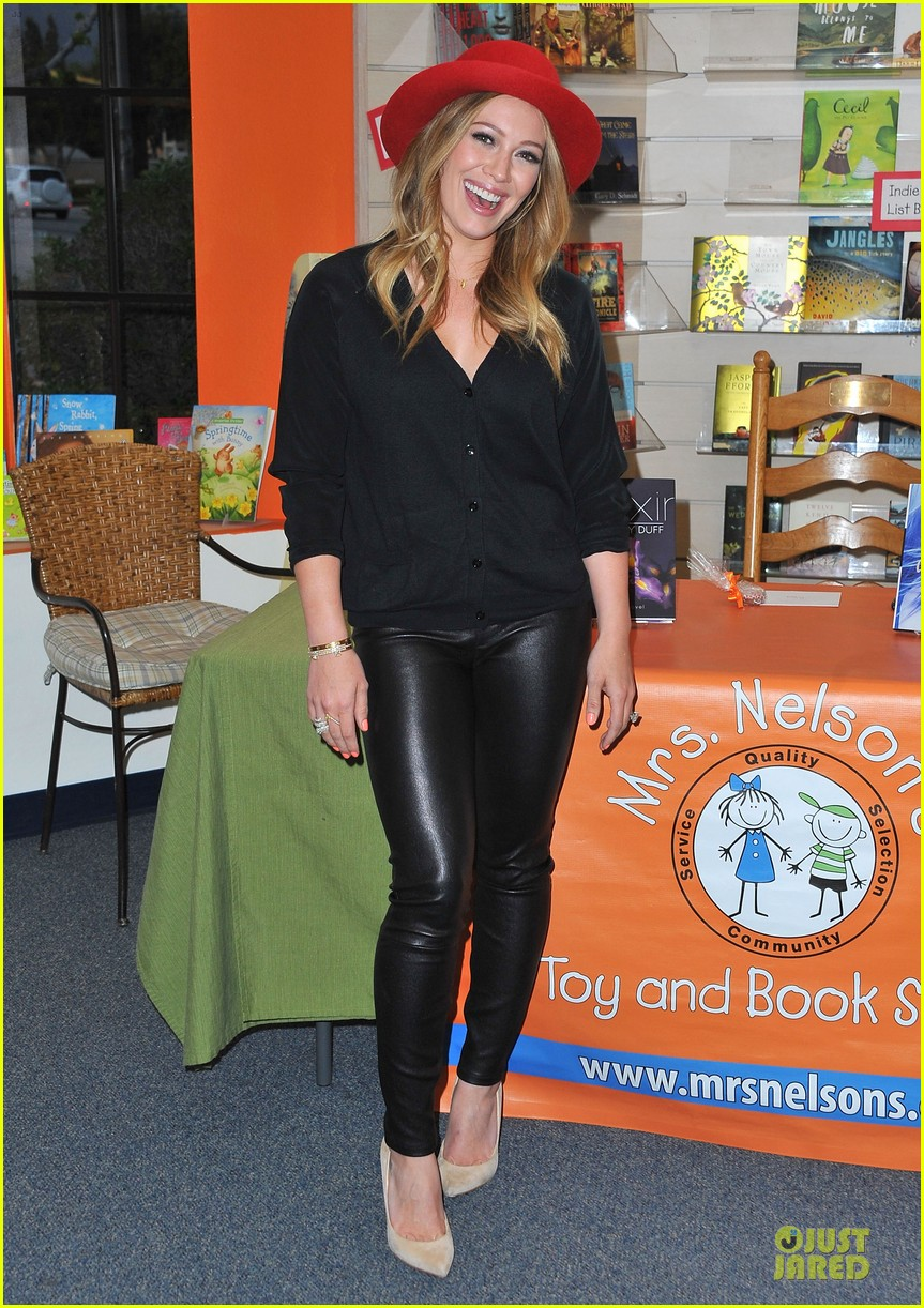 hilary duff true book signing 01