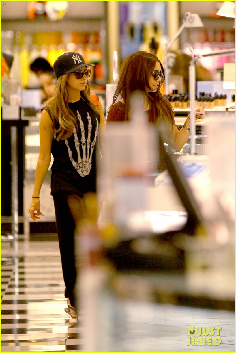 vanessa hudgens ashley tisdale hide behind their bags 16