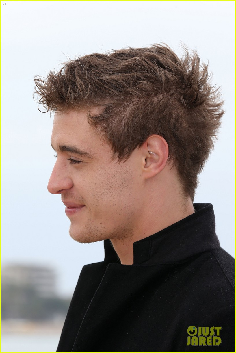 max irons white queen photo call at miptv in cannes 04