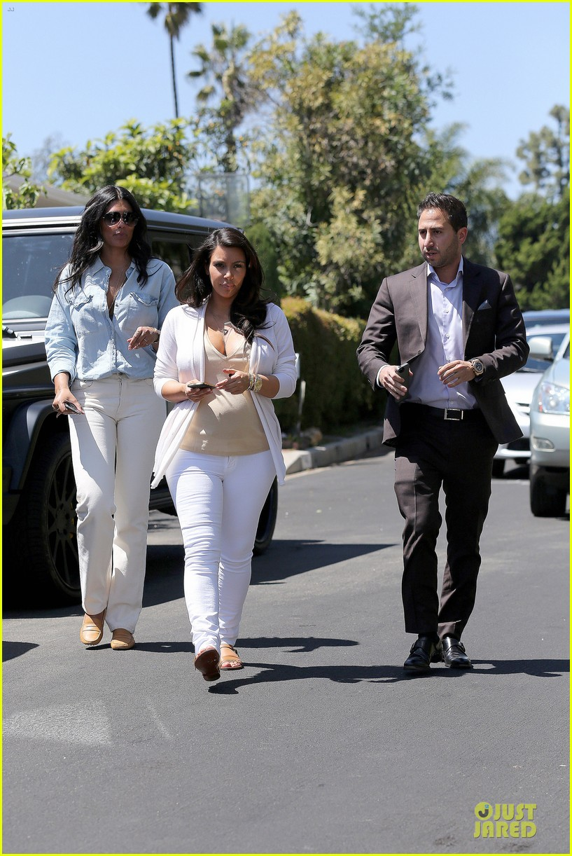 kim kardashian braless house hunting 03