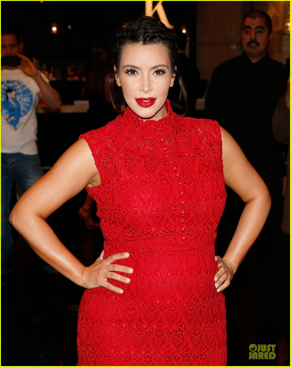 pregnant kim kardashian glam perfume promotion in las vegas 27