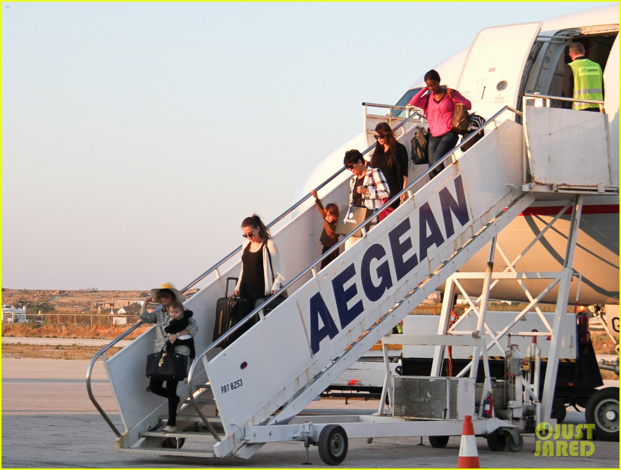 pregnant kim kardashian lands in greece with family 19