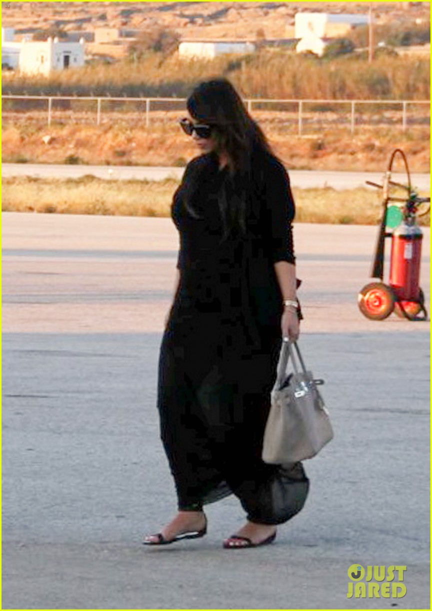 pregnant kim kardashian lands in greece with family 21