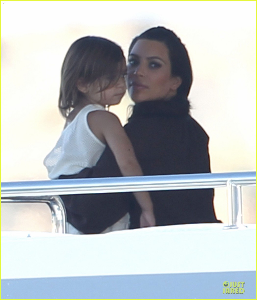 pregnant kim kardashian greece yacht with family 07
