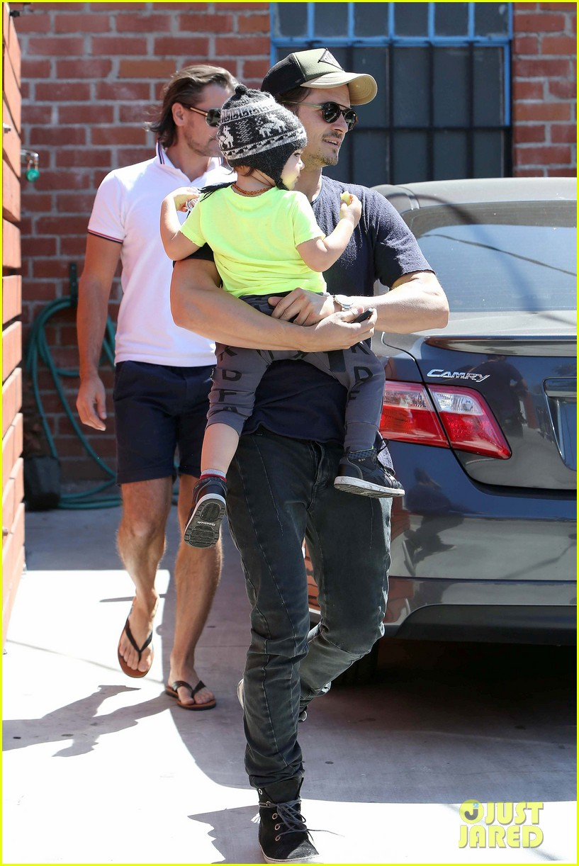 miranda kerr orlando bloom romp family outing 21