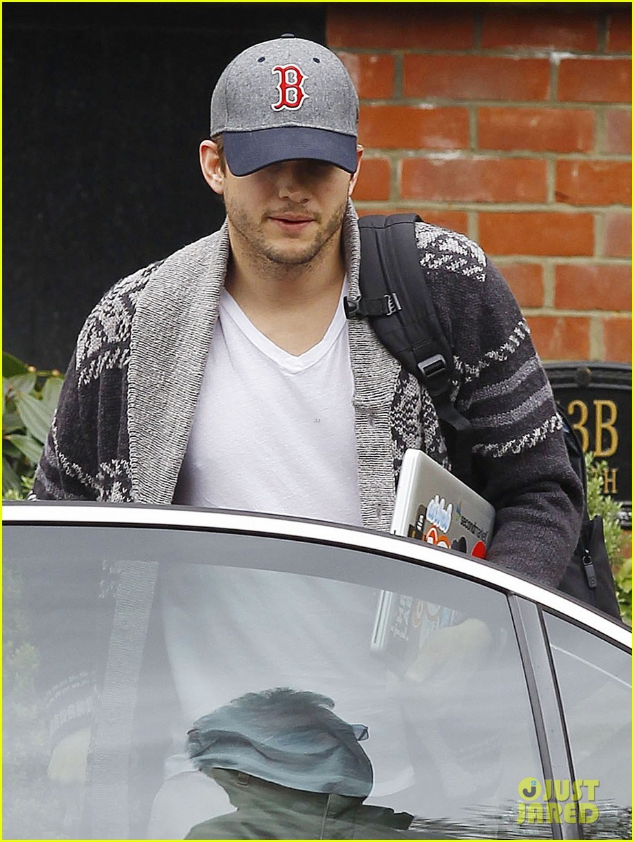 ashton kutcher wears boston hat after terrorist attacks 032851470