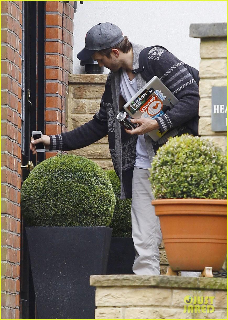 ashton kutcher wears boston hat after terrorist attacks 092851476