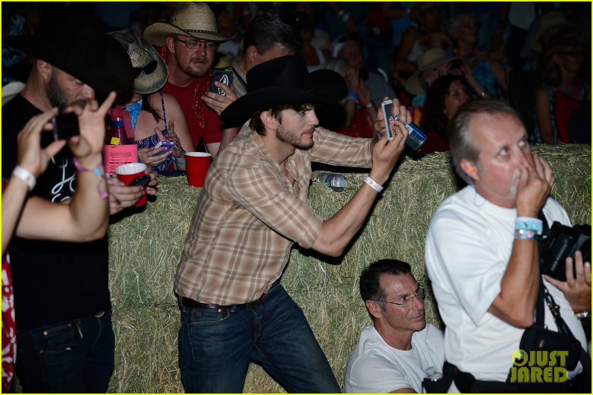 ashton kutcher returns to stagecoach festival after fight 192860468
