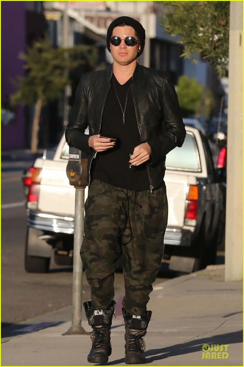 adam lambert camouflaged pants meeting 16