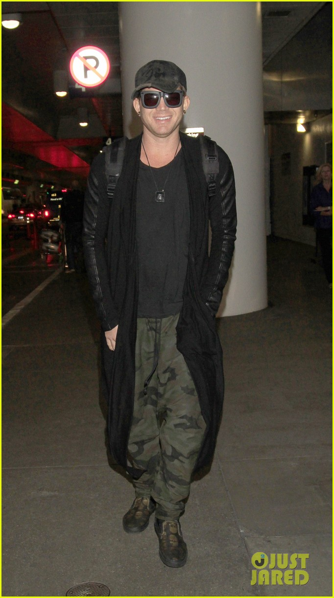 adam lambert lax arrival after miami beach gay pride 022851304