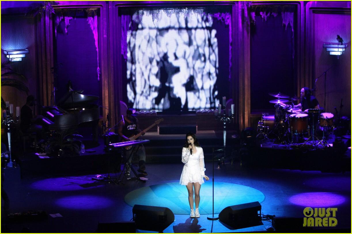 lana del rey paris concert stop 01