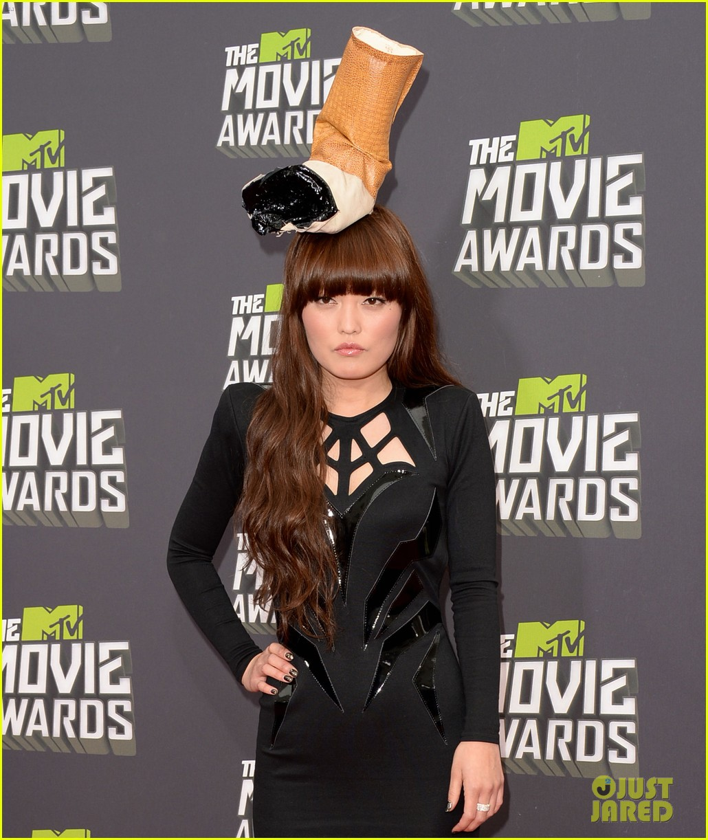 hana mae lee cigarette hat at mtv movie awards 2013 04