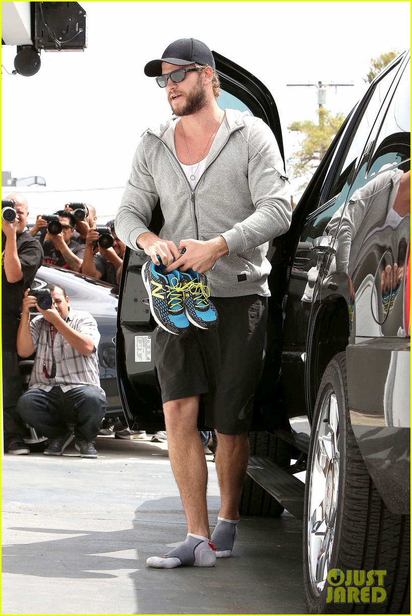 liam hemsworth goes shoeless at the gym 07