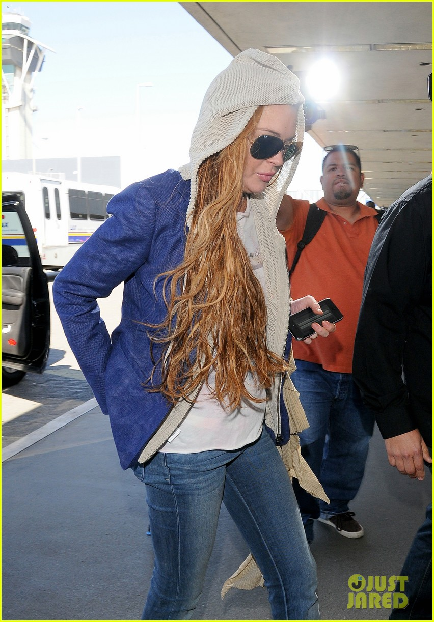 lindsay lohan departs lax airport with sister aliana 02