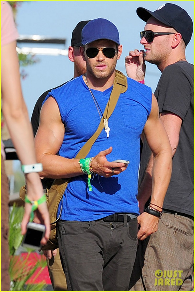 kellan lutz shirtless clothes change at coachella 02